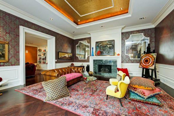Подушки, яркий ковёр и картины в интерьере