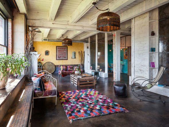 Многоцветная мебель и ковёр в стиле бохо