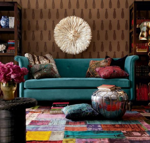 Цветной ковёр и подушки в гостиной