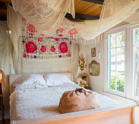 Светлая спальня с ярким декором