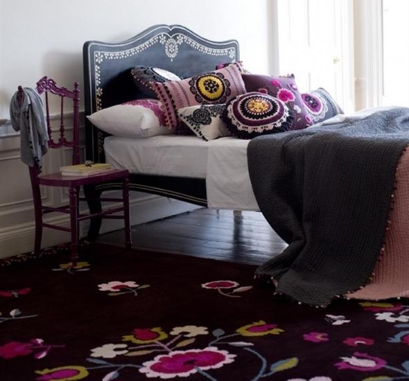 Ковёр и подушки с цветочными мотивами