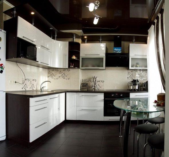 Кухня с мебелью в цвете венге