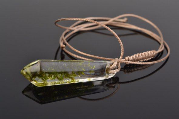 Кулон в виде кристалла из эпоксидной смолы