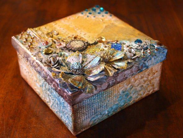 Изящная шкатулка с декоративными элементами