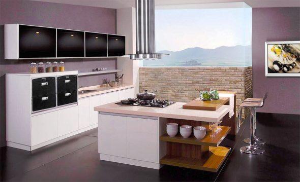 Просторная кухня с сиреневыми стенами