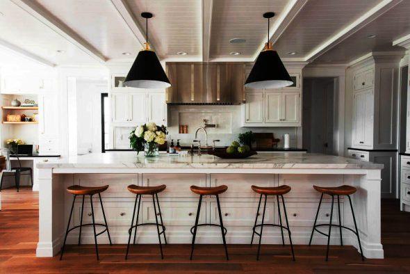 Большая белая кухня с деревянным полом