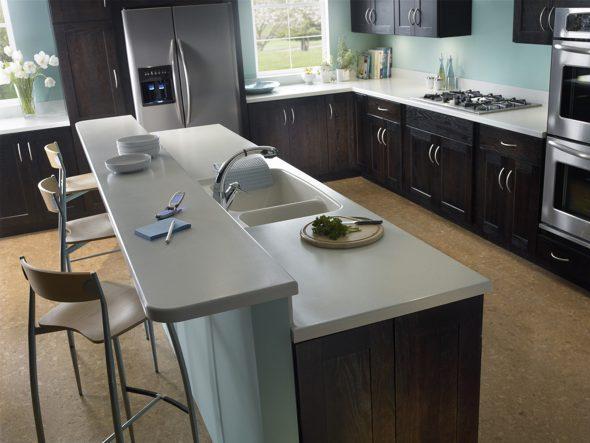Кухонный гарнитур с барной стойкой и мойкой в острове