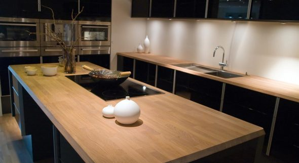 Черная кухня с деревянной столешницей