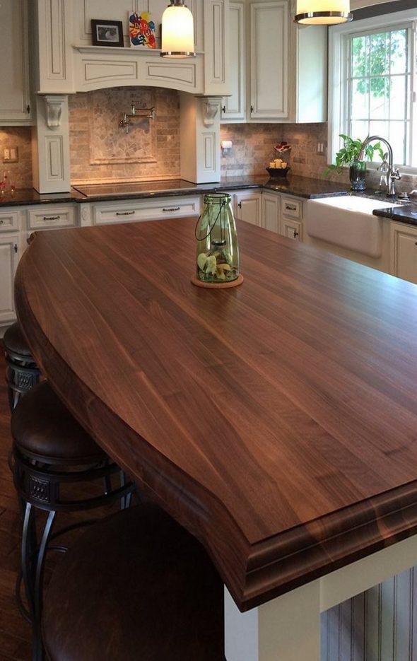 Белая кухня в классическом стиле с деревянной столешницей
