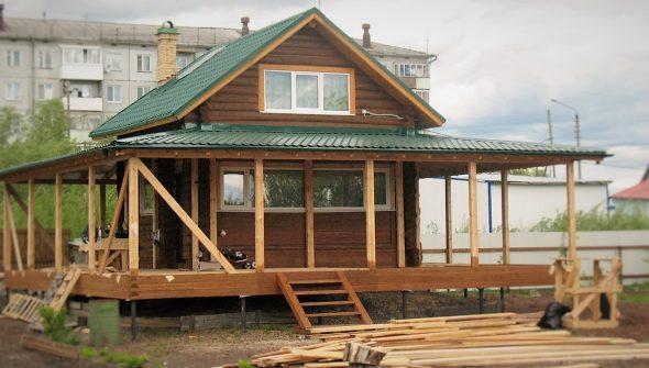 Фото деревянного дома с пристройкой