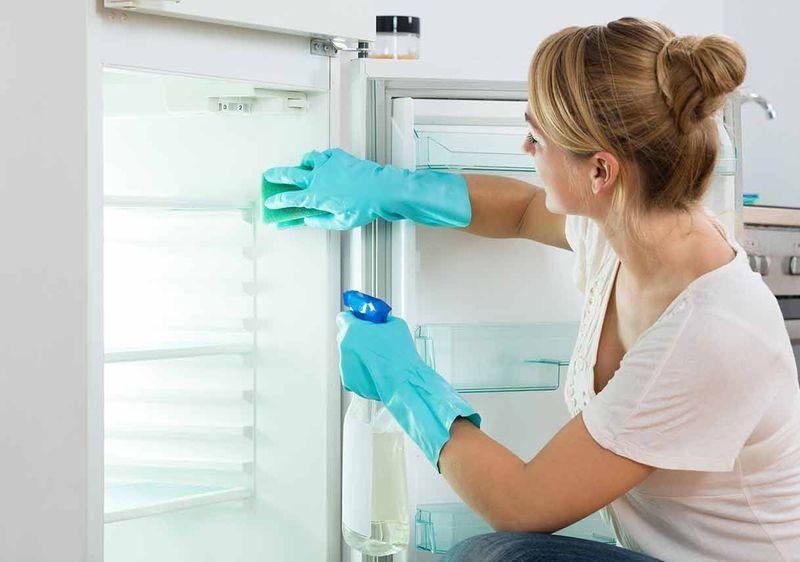 Хозяйке на заметку: как убрать запах из холодильника
