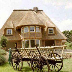 Соломенная крыша на домике-замке