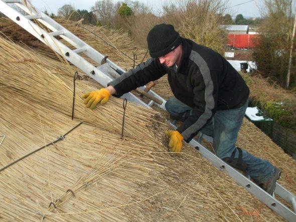 Крепление соломы на крыше