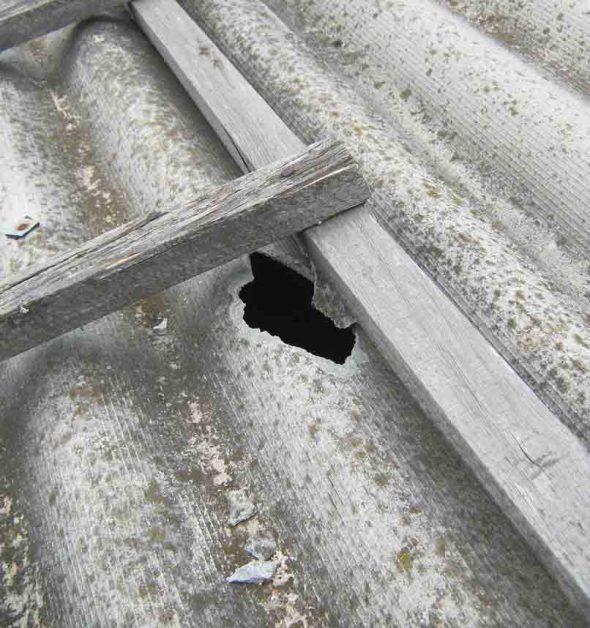Пробоина на шиферной крыше