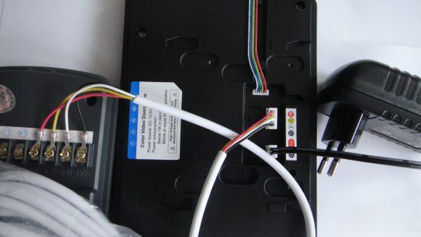 Соединение вызывной и абонентской панелей видеодомофона четырёхжильным кабелем