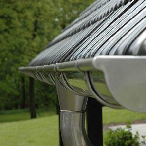 Стальной водосток под металлической крышей