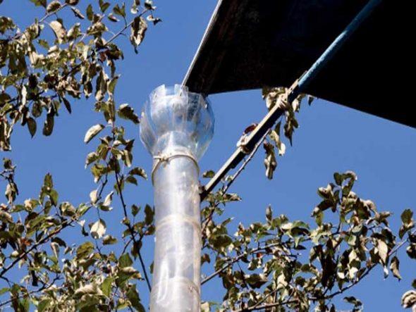 Крепление водостока из пластиковых бутылок