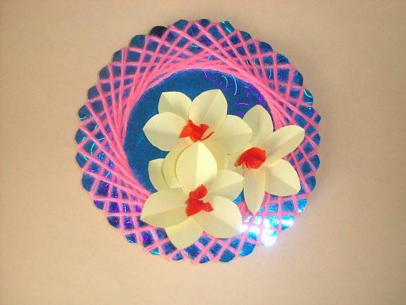 Круглая поделка с бумажными цветами