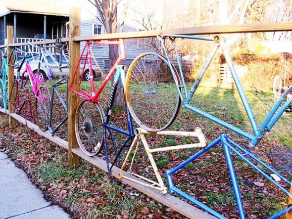 Забор из старых велосипедных рам