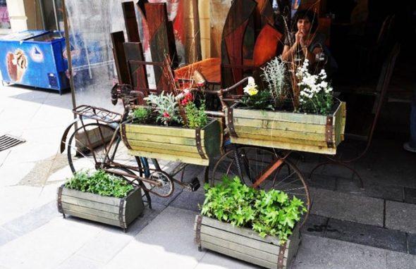 Велосипед в качестве садового декора