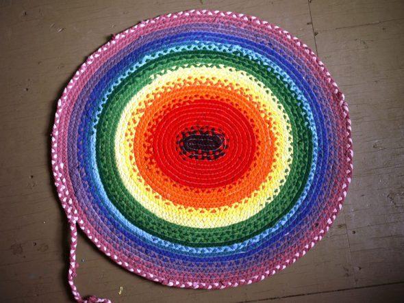 Фото круглого коврика из старых вещей
