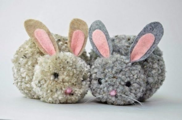 Игрушки кролики из помпонов