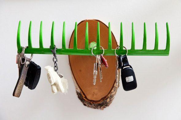 Вешалка для ключей из грабель