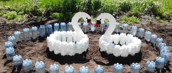 Декор из пластиковых бутылок для участка