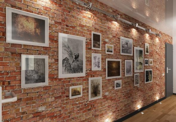 Коридор с картинами на кирпичной стене