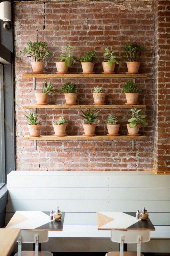 Кирпичная стена с полками для растений