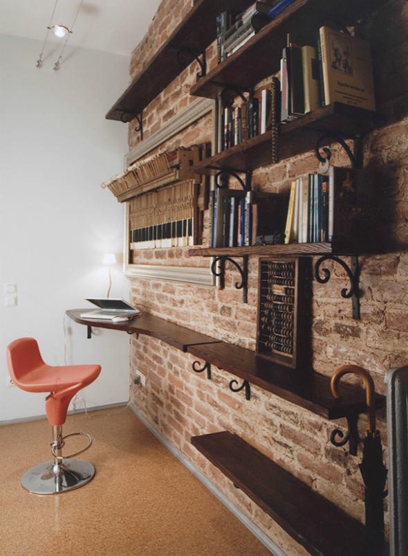 Кирпичная стена с полками для книг