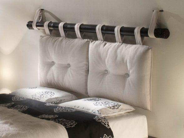 Изголовье кровати из подушек