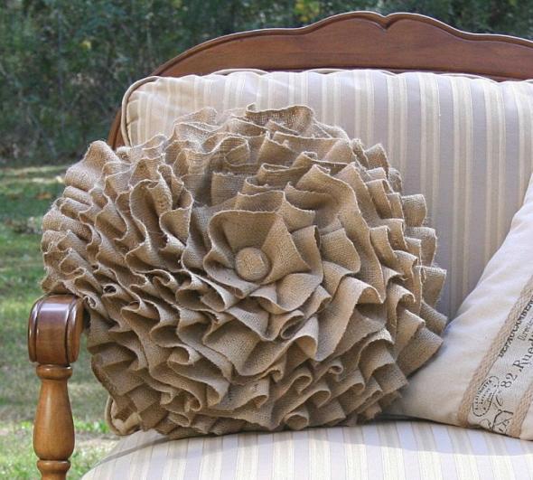Оригинальная подушка для дивана из мешковины