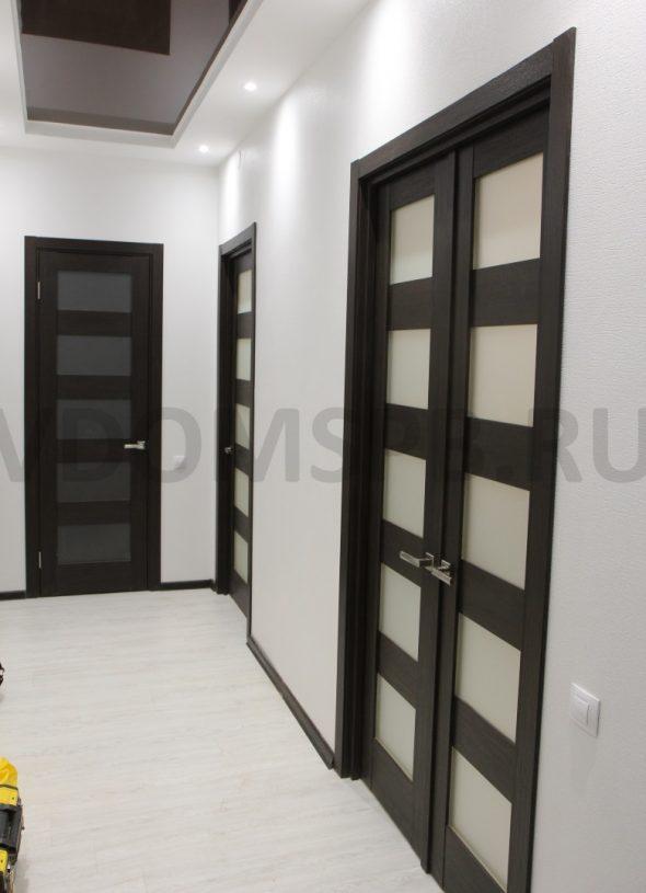 Царговые двери с матовыми стеклянными вставками