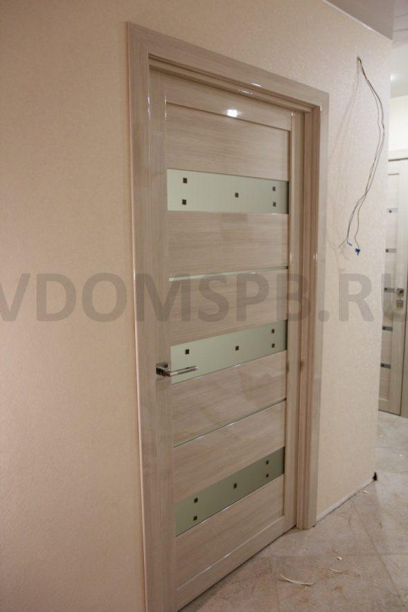 Дверь с отделкой из глянцевой ПВХ пленки в цвете мокко