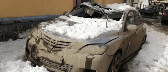 Падение снега с крыши на автомобиль