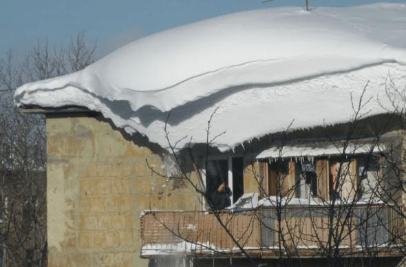 Снег на крыше многоэтажки