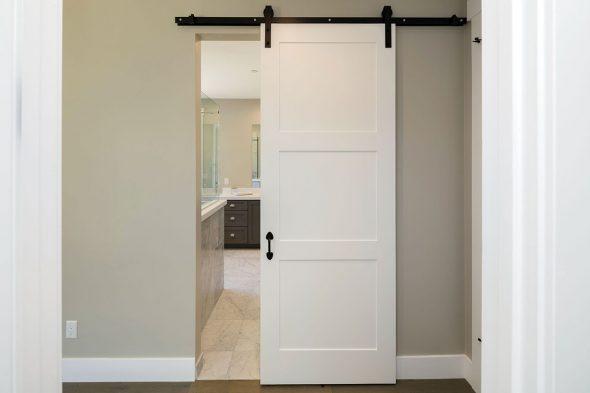 Раздвижная дверь с верхней накладной направляющей
