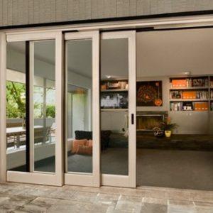 Три широких дверных полотна раздвижной двери