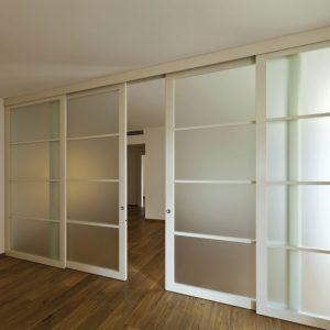 Четыре широких дверных полотна раздвижной двери