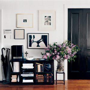 Распашные чёрные двери