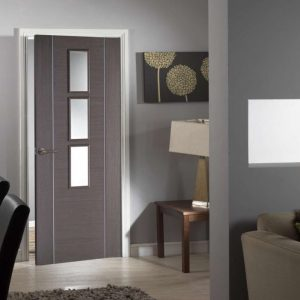 Серая дверь со стеклянными вставками