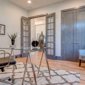 Две серых двустворчатых двери в гостиной