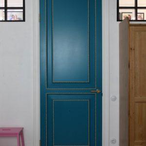 Дверь тёмно-бирюзового цвета
