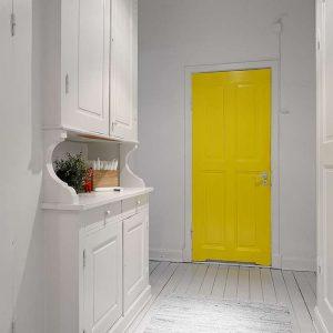 Лимонно-жёлтая дверь