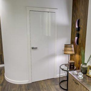 Глянцевая белая дверь