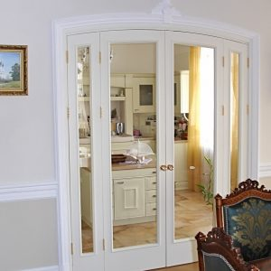 Белые распашные двери со стеклянными полотнами