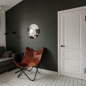 Белая дверь на фоне чёрной стены