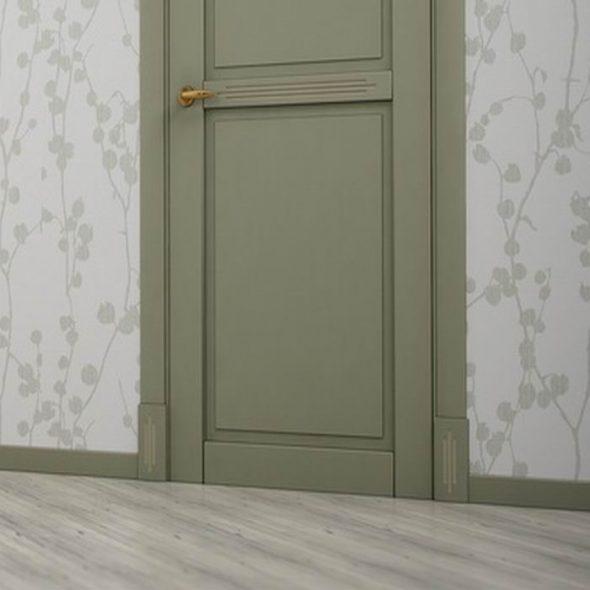 Дверь и плинтус оливкового цвета