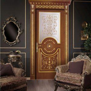 Классическая дверь со светлой вставкой